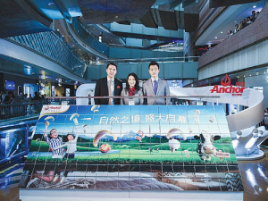 From left: Fonterra's China's Chester Cao and Christina Zhu with actor Tong Dawei in the Anchor pop-up store.