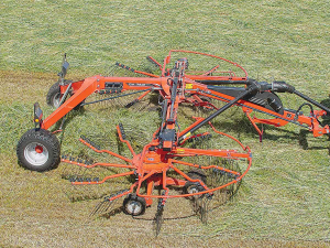 Kuhn GA 7631 semi-mounted rake with central delivery.