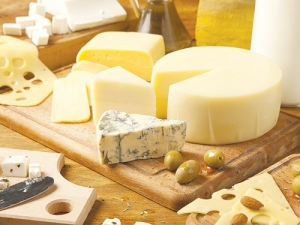 Global cheese yield up, prices tumble