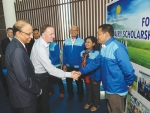 Prime Minister John Key meets Indonesian dairy farmers taking part in Fonterra's scholarship programme.